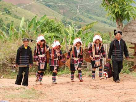 Meet local people on the trek to Kyaing Tong